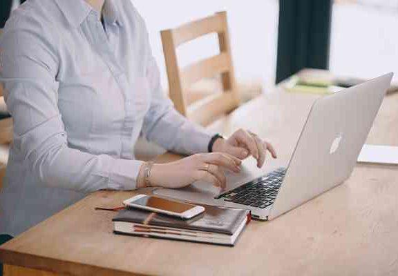 Jak dbać o kręgosłup w pracy przy komputerze?